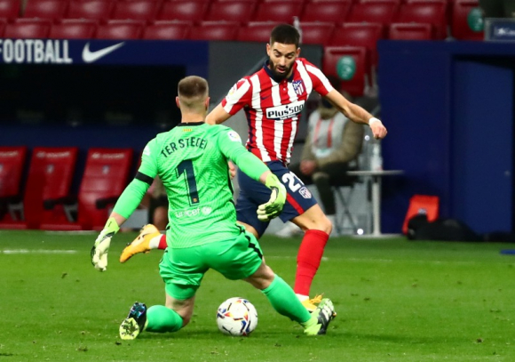 Yannick Ferreira Carrasco defeats Marc Ter Stegen to go straight to goal at Atlético de Madrid-Barcelona.  Photo: Reuters.