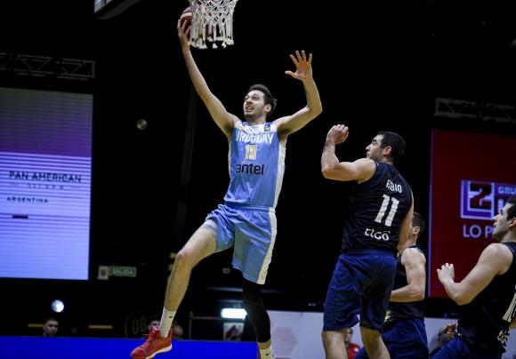 Emiliano Serres en el duelo entre Uruguay y Paraguay en la Pre-AmeriCup de básquetbol. Foto: FIBA.