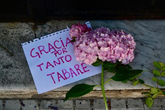 Mensajes en la puerta de la residencia. Foto: Fernando Ponzetto.