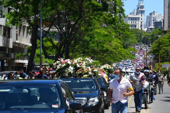 Cientos de personas despiden este domingo los restos del expresidente Tabaré Vázquez. Foto: Francisco Flores