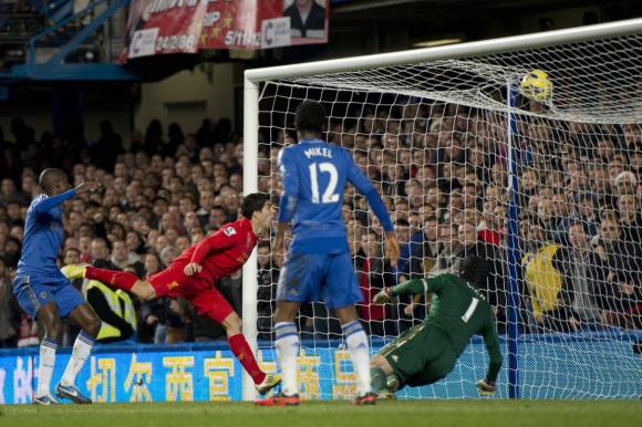 Luis Suárez convirtiéndole un gol a Petr Cech