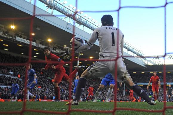 A Cech le convirtió también en Anfield