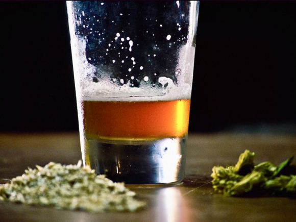 Cerveza y cannabis. Foto: Shutterstock.