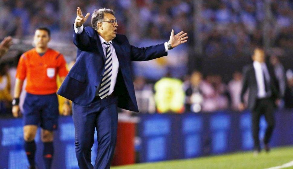 Gerardo Martino tiene una dura prueba ante Colombia. Foto: Archivo El País.