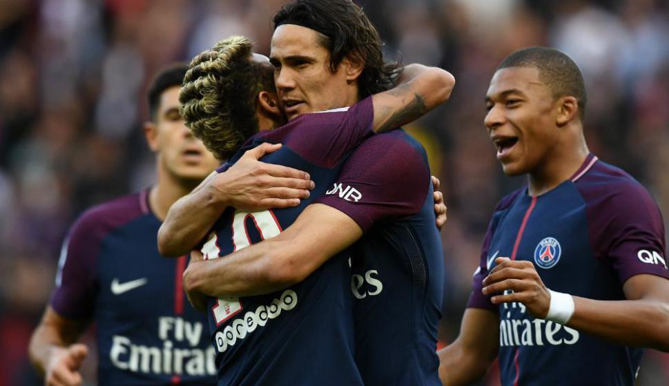El abrazo entre Neymar y Edinson Cavani. Foto: AFP