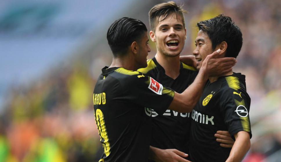 Mahmoud Dahoud, Julian Weigl y Shinji Kagawa en la victoria del Borussia Dortmund. Foto: AFP