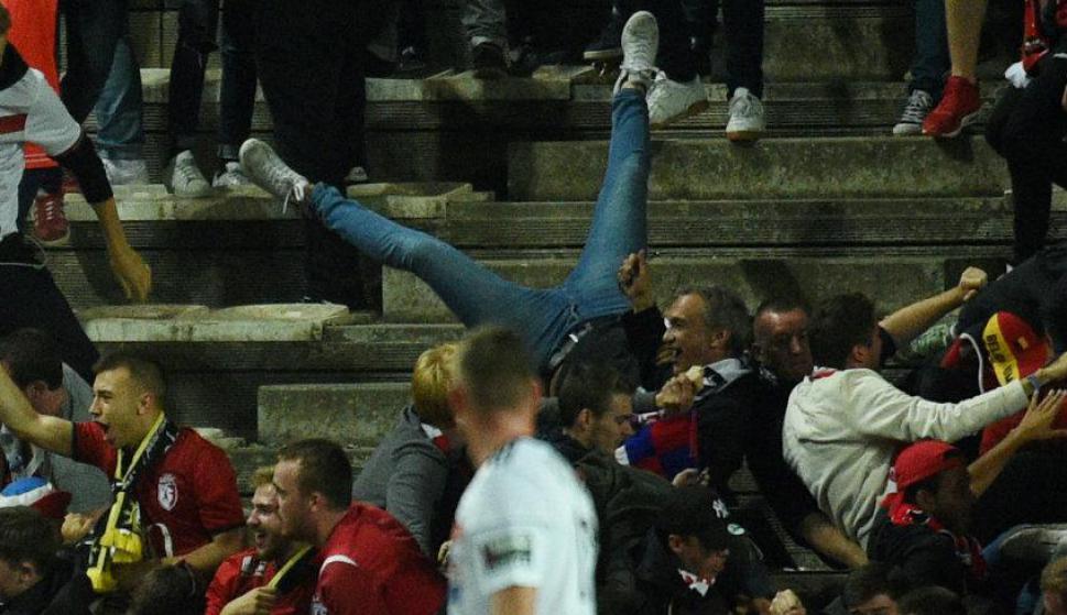 Hinchas del Lille heridos tras caída de una valla en partido contra Amiens. Foto: AFP