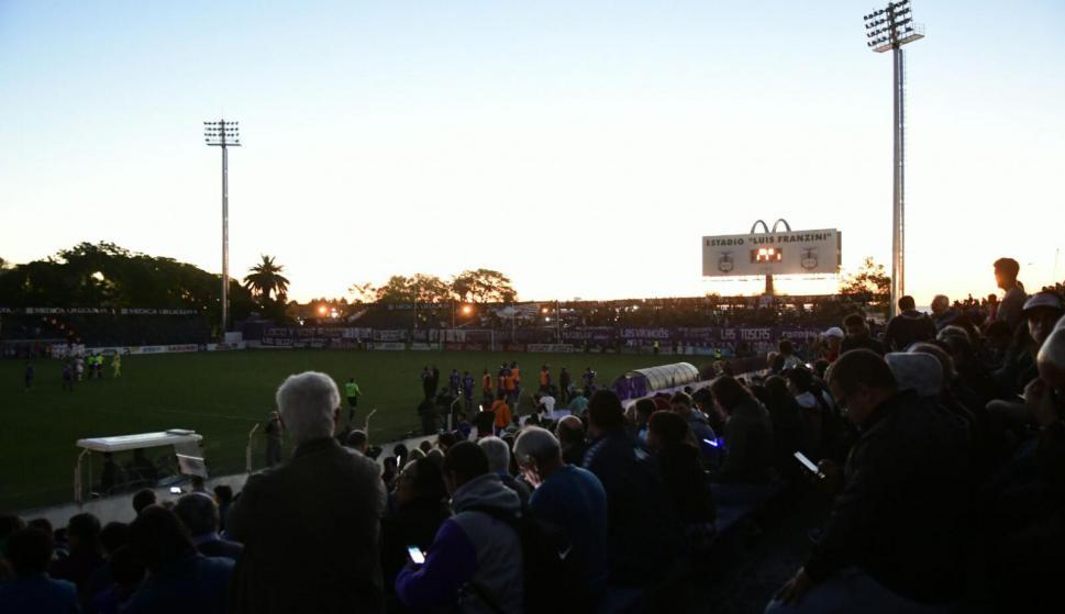 Las luces del Franzini fallaron y el partido estuvo a oscuras por ocho minutos. Foto: Marcelo Bonjour