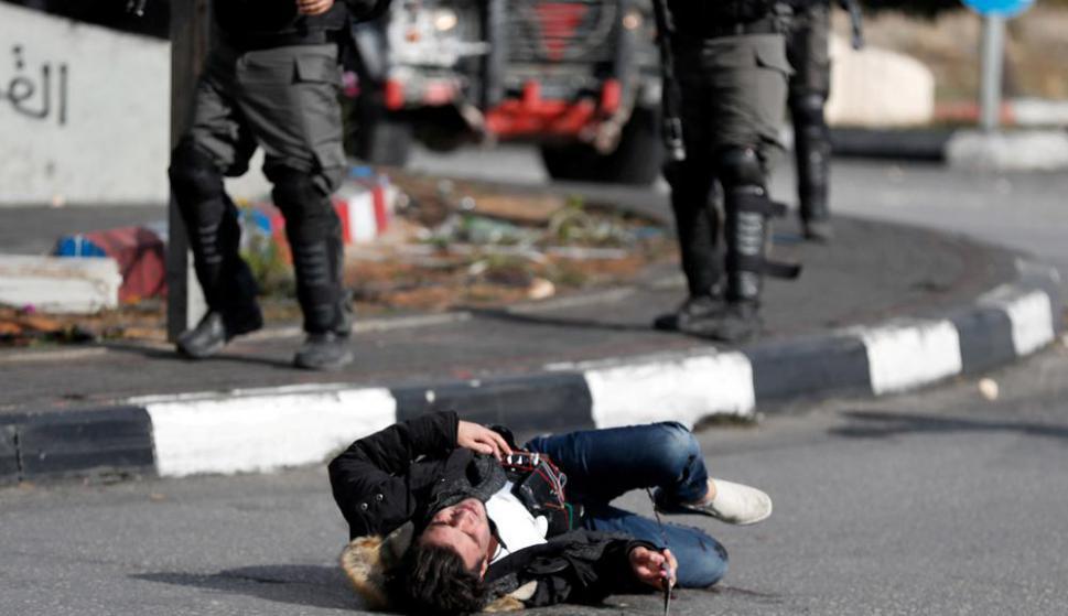Un palestino con un cinturón de explosivos y un cuchillo en la mano cae herido en Cizjordania. Foto: Reuters