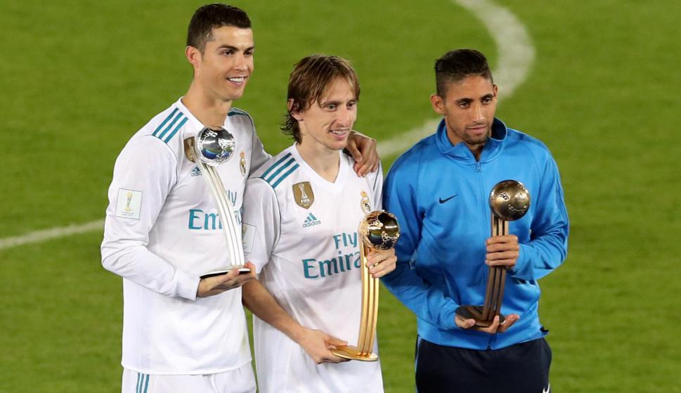 Luka Modric Balón de Oro, Cristiano Ronaldo de plata y Urretaviscaya de bronce. Foto: Reuters
