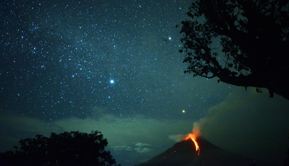 Erupción en Karo, al norte de Sumatra. Foto: AFP