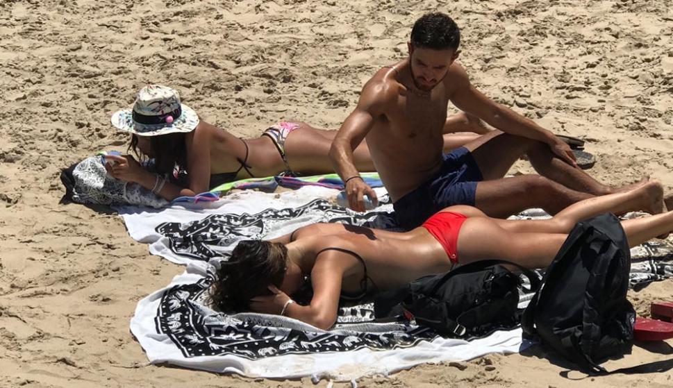 Es típico ver a los jóvenes con celular y luciendo cola less en la arena de Punta, en este caso en la playa de los dedos. Foto: El País