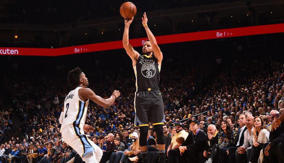 Stephen Curry lanza un tiro de tres puntos en el partido de los Golden State Warriors. Foto: AFP