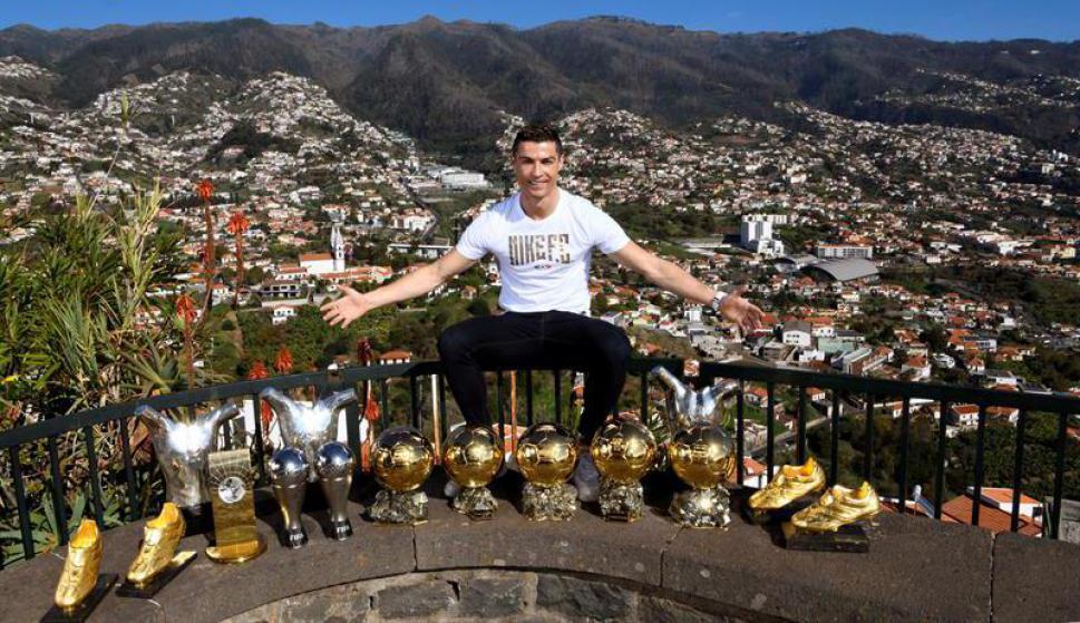 Cristiano Ronaldo y los principales trofeos de su carrera. Foto: EFE