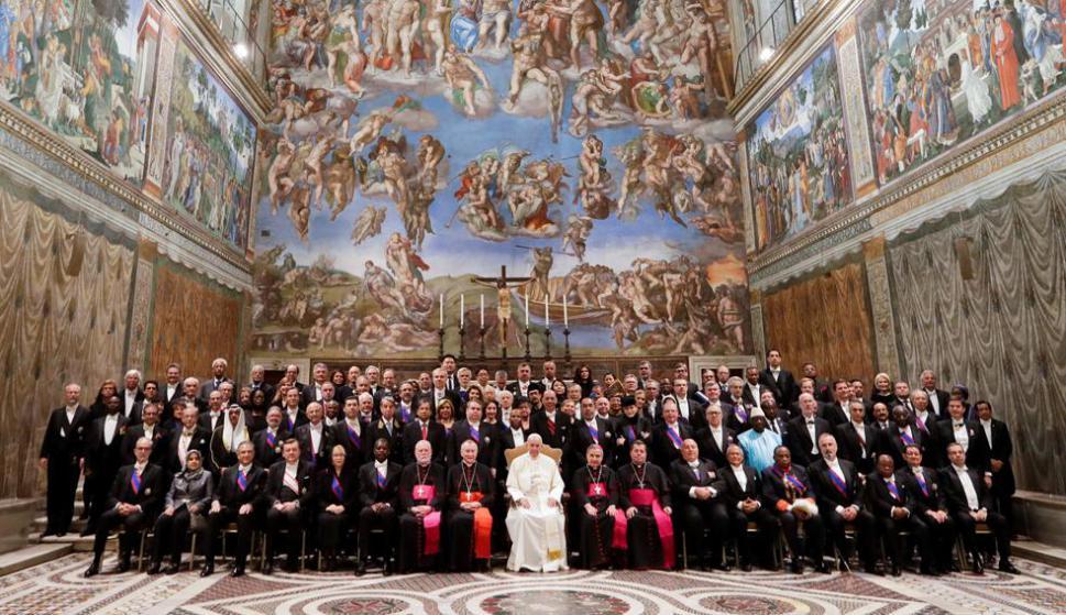 El papa Francisco ayer lunes en la imponente Sala Regia del Vaticano, junto a 183 embajadores y representantes. Foto: Reuters