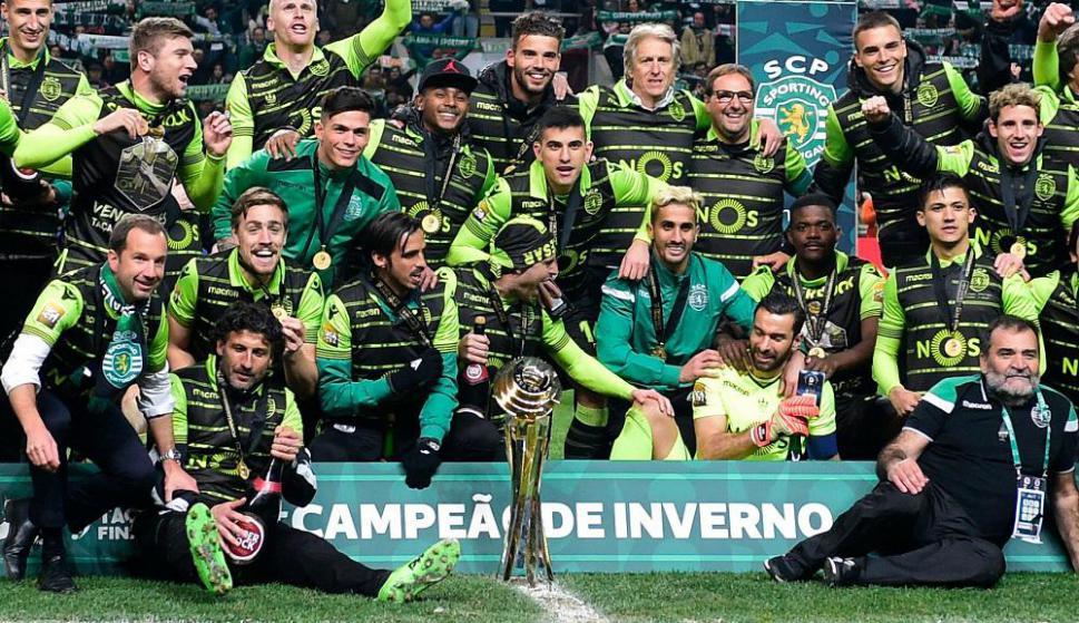 Sebastián Coates campeón con el Sporting de Lisboa de la Copa de la Liga de Portugal. Foto: AFP