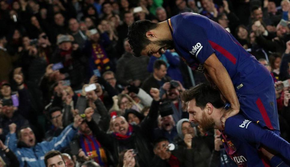 Luis Suárez festejando con Lionel Messi el gol de Barcelona. Foto: Reuters