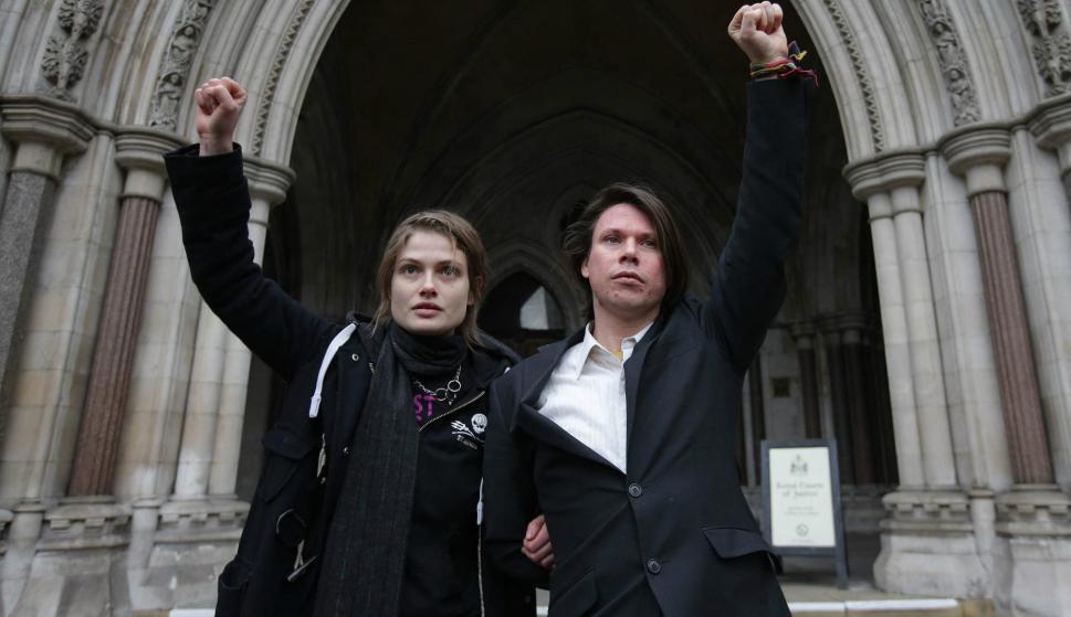 Lauri Love (derecha) celebra la decisión judicial. Foto: AFP.