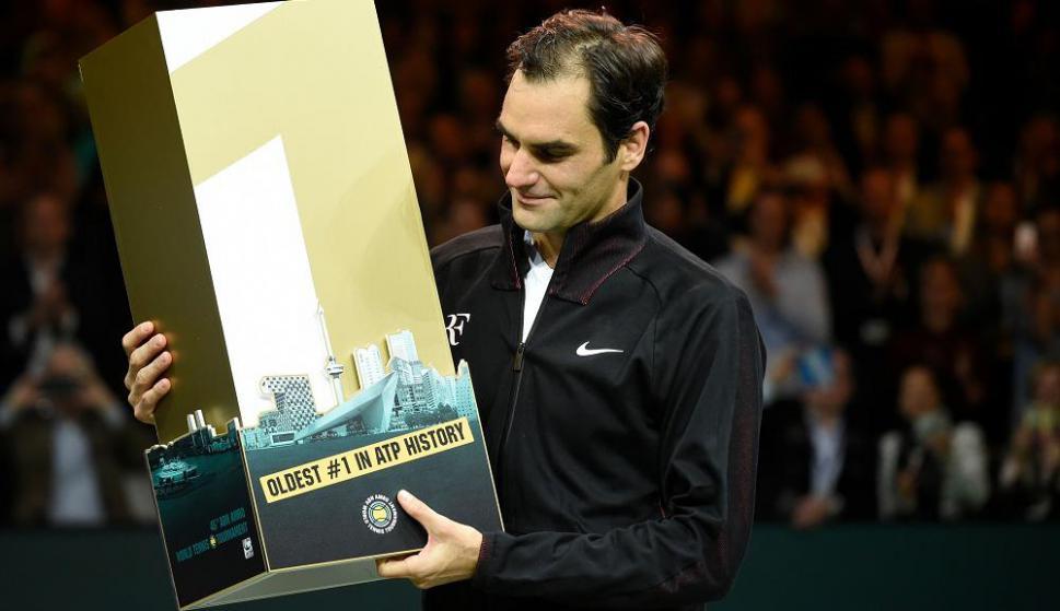 Implacable. Roger Federer con el trofeo de la ATP recibido por ser el número uno de mayor edad en la historia. Foto: AFP