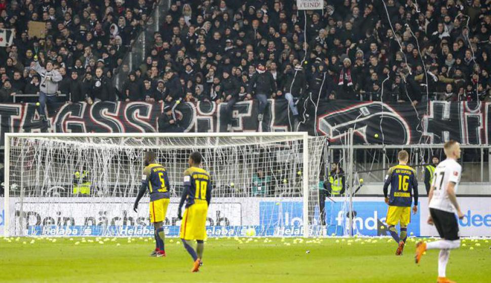 La protesta de los hinchas del Eintracht Frankfurt en la Bundesliga. Fotos: EFE