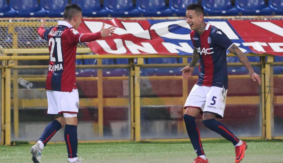 César Falletti festejando el gol de Bologna con el chileno Erick Pulgar. Foto: EFE
