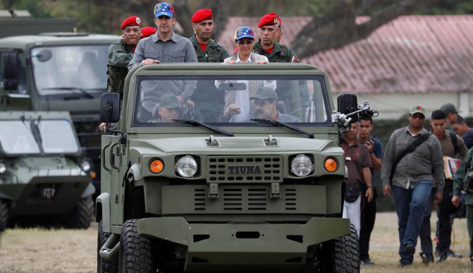 Maduro con el puño apretado, con Diosdado Cabello a su lado: atrás su esposa Flores y el vice El Aissami. Foto: Reuters