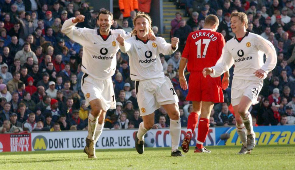 El festejo de Diego Forlán contra Liverpool en el clásico inglés de diciembre de 2002 con victoria 2-1 de Manchester United con doblete del uruguayo. Al lado, Ryan Giggs y Ole Gunnar Solskjær; atrás Steven Gerrard. Foto: Prensa Manchester