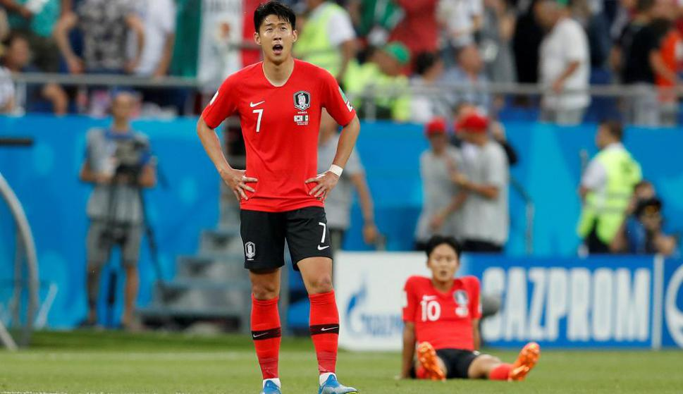 Heung Min Son y Seung-Woo Lee luego de la derrota contra México. Foto: Reuters
