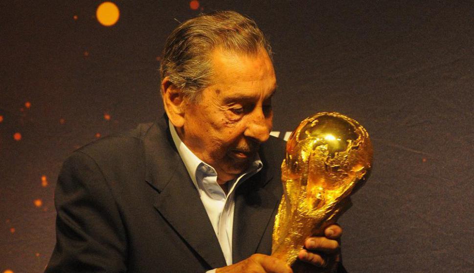 Alcides Edgardo Ghiggia con el trofeo de la Copa del Mundo durante la gira previa a Brasil 2014. Foto: Archivo El País