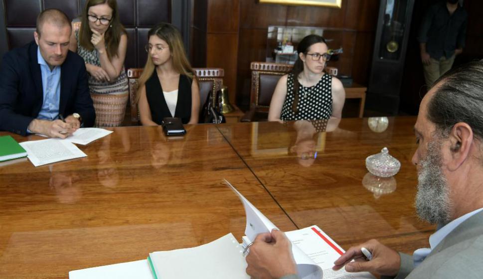 En la ANP, autoridades del ente y representantes de UPM firman la apertura del sobre. Foto: Leonardo Mainé