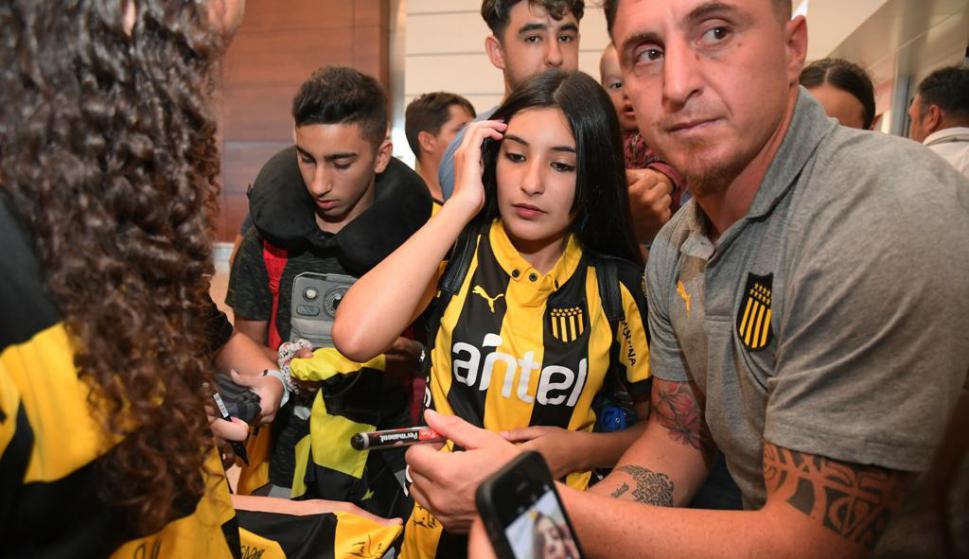 Cristian Rodríguez con los hinchas de Peñarol en el aeropuerto. Foto: Leonardo Mainé.