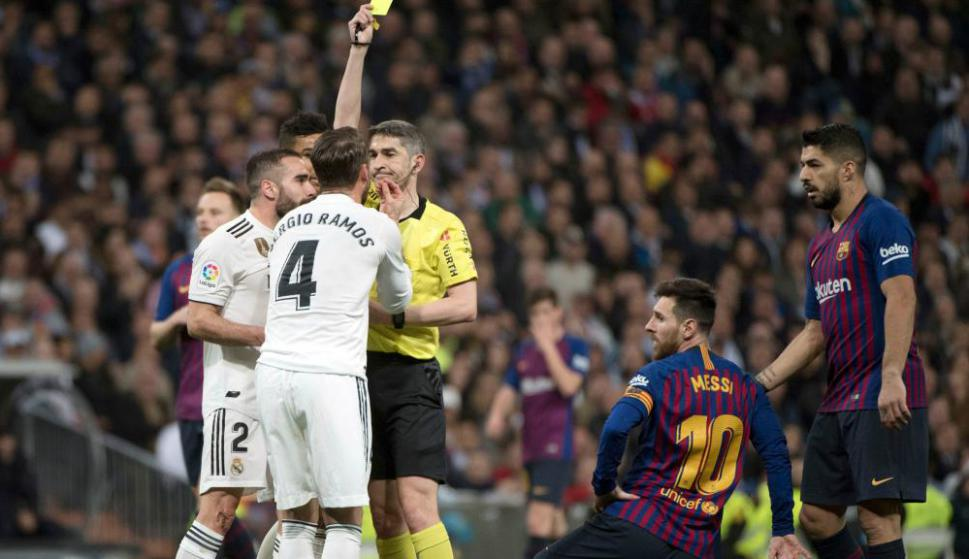Sergio Ramos protesta ante el árbitro, Messi y Suárez en segundo plano. Foto: AFP