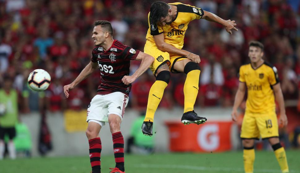 Lucas Viatri y su cabezazo de gol para el triunfo de Peñarol ante Flamengo en Maracaná. Foto: Reuters.