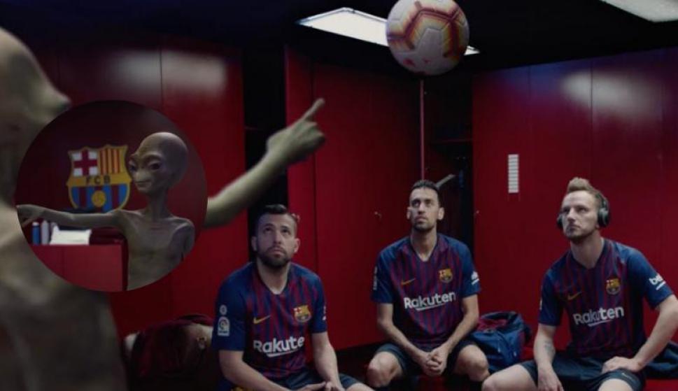 Los jugadores del Barcelona se encontraron con un alien. Fotos: Captura