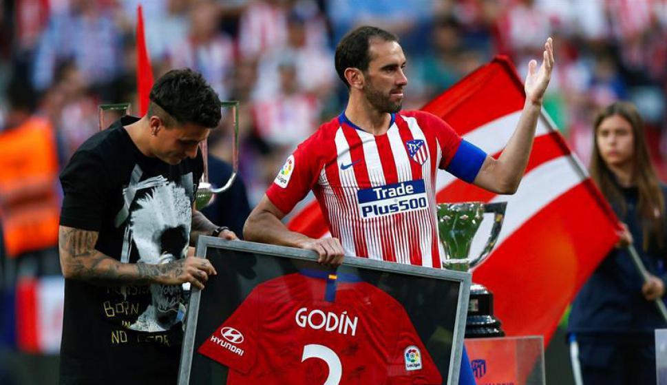 Diego Godín fue reconocido en su último partido en el Wanda Metropolitano. Foto: EFE