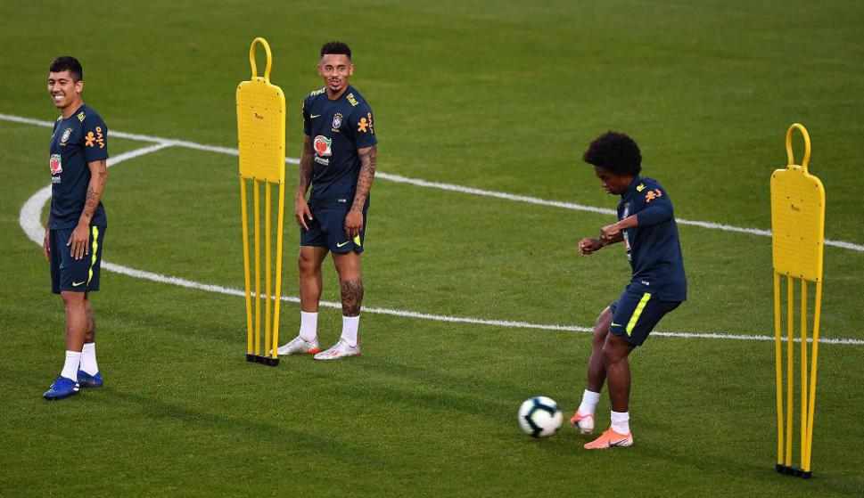 Roberto Firmino, Gabriel Jesús y Willian en el entrenamiento de Brasil