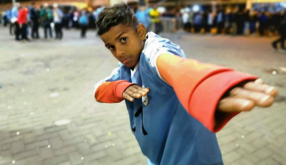 Derick, el niño que recibió la camiseta de Cavani. Foto: Mateo Vázquez.
