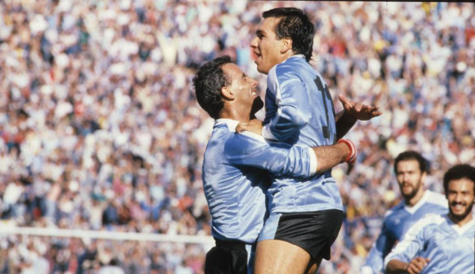 Ruben Sosa celebra un gol con Antonio Alzamendi en la selección uruguaya. Foto: archivo El País.