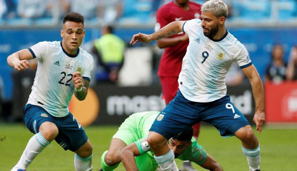 Lautaro Martínez y Sergio Agüero, los delanteros argentinos y los autores de los goles albicelestes frente a Catar. Foto: Reuters.