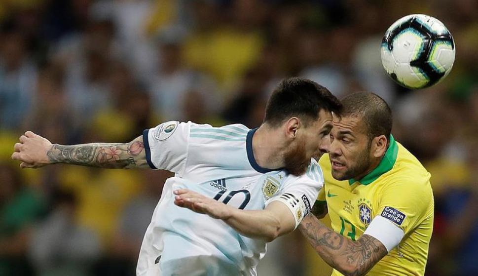 Lionel Messi y Dani Alves en el partido entre sus selecciones en la Copa América. Foto: EFE