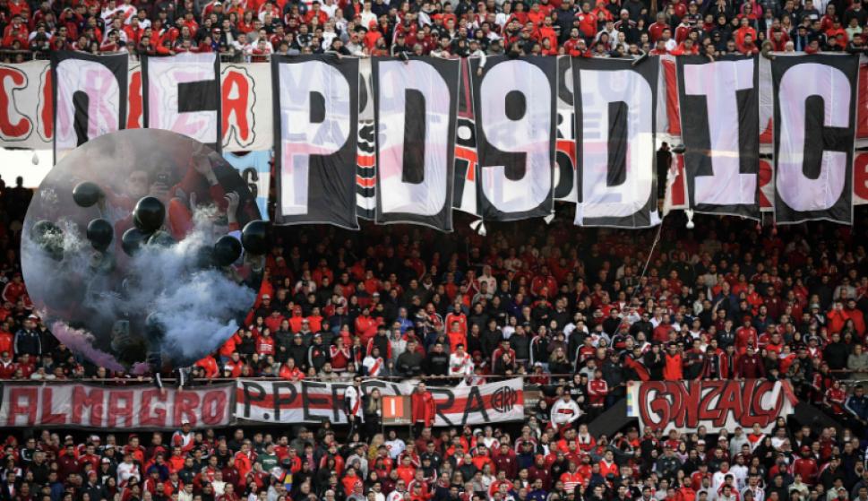 Un juego de cargadas entre River Plate y Boca Juniors. Fotos: AFP y Reuters
