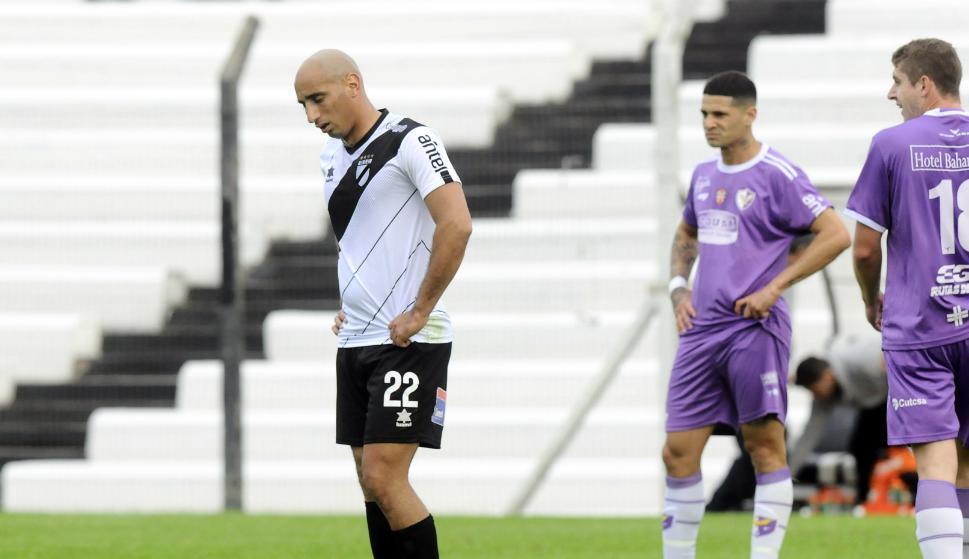 Sergio Felipe y Matias Rigoleto en el partido entre Danubio y Fénix en Jardines.