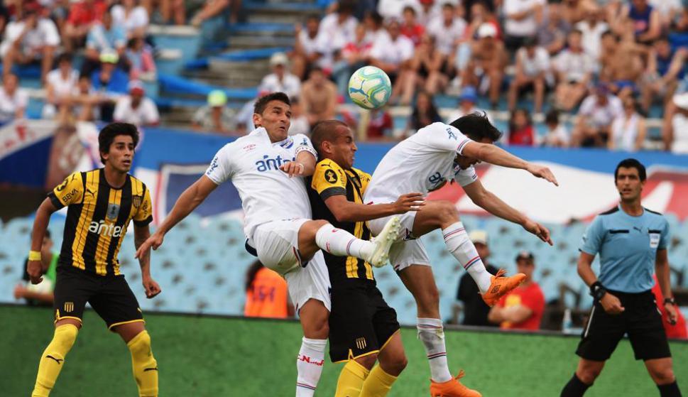 Fuerza. La de Gonzalo Bergessio y Matías Zunino, que disputan la pelota con Pereira bajo la mirada de Leodán.