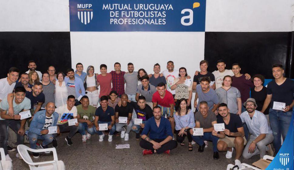 Futbolistas de la Mutual, dirigentes y profesoras
