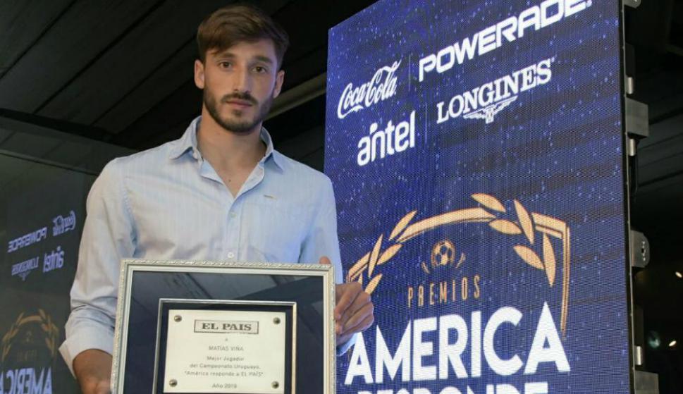Matías Viña con el premio a mejor jugador del Campeonato Uruguayo 2019. Foto: Leonardo Mainé.