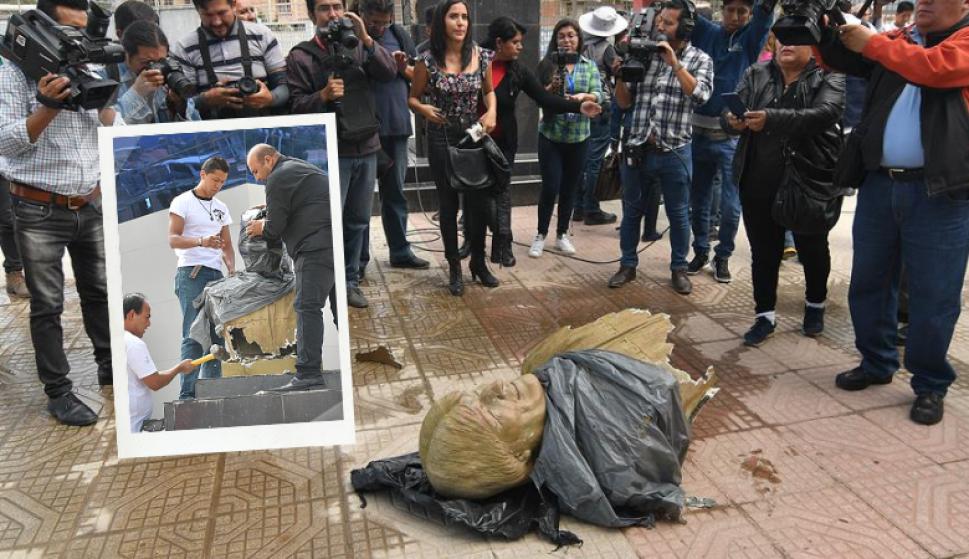 A martillazos: así sacó el ministro de deportes de Bolivia un busto de Evo Morales. Fotos: EFE