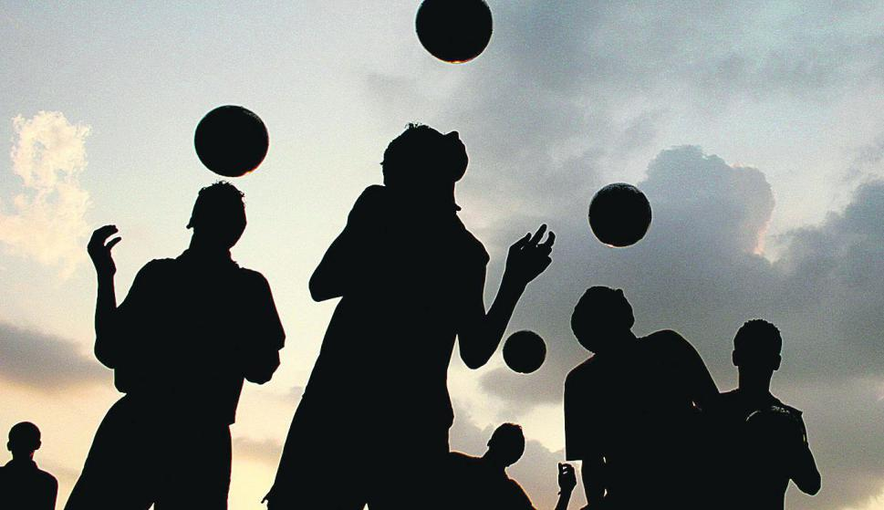 En Escocia prohibirán que los menores de 12 años puedan cabecear la pelota. Foto: Reuters.