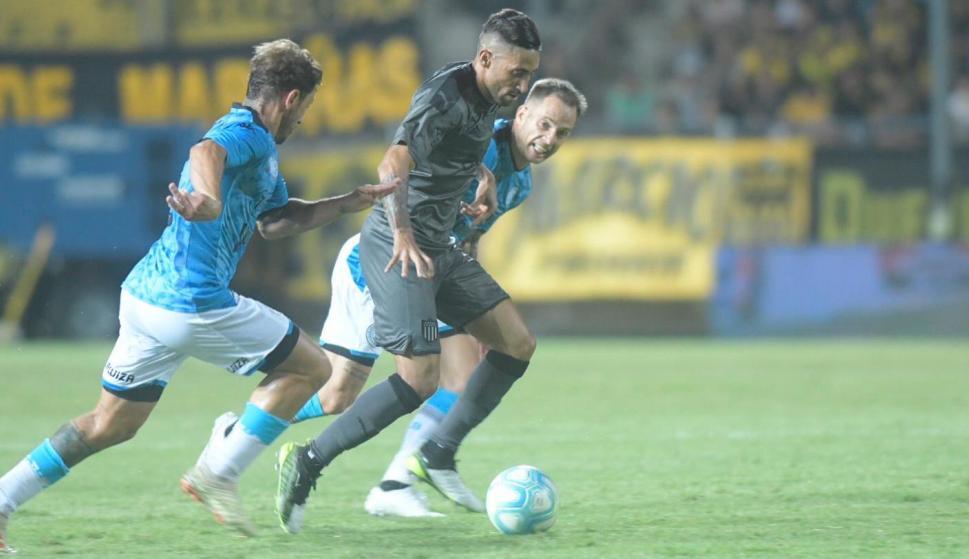 Jonathan Urretaviscaya en el partido entre Peñarol y Belgrano de Córdoba. Foto: Marcelo Bonjour.