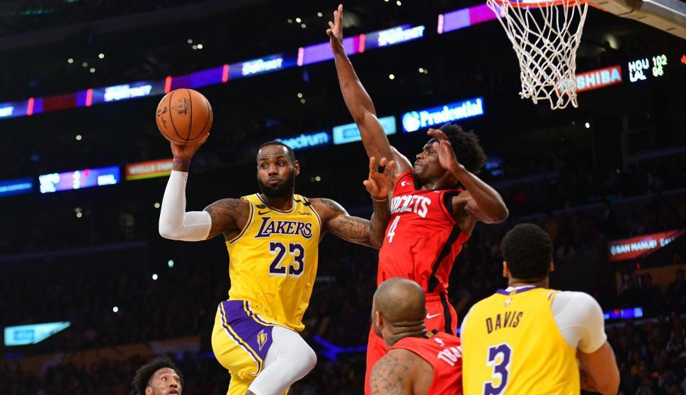 LeBron James en el encuentro entre los Lakers y los Rockets. Foto: AFP.