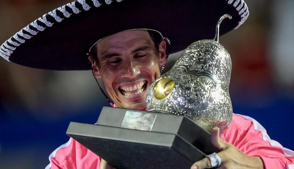 Rafael Nadal con el trofeo del ATP 500 de Acapulco
